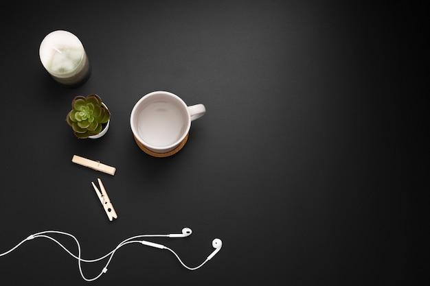 Plano de estación de trabajo con auriculares y taza