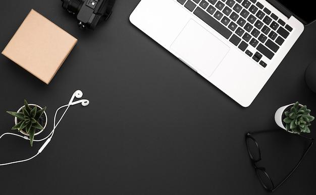 Plano de estación de trabajo con computadora portátil y auriculares