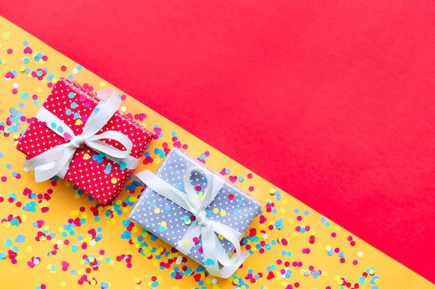 Plano de fiesta con caja de regalo colorida presente