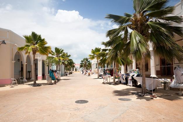 Plano general de calle en complejo turístico tropical