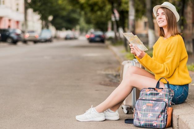 Plano general de la mujer viajando sola