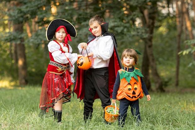 Plano general de niños con disfraces de halloween