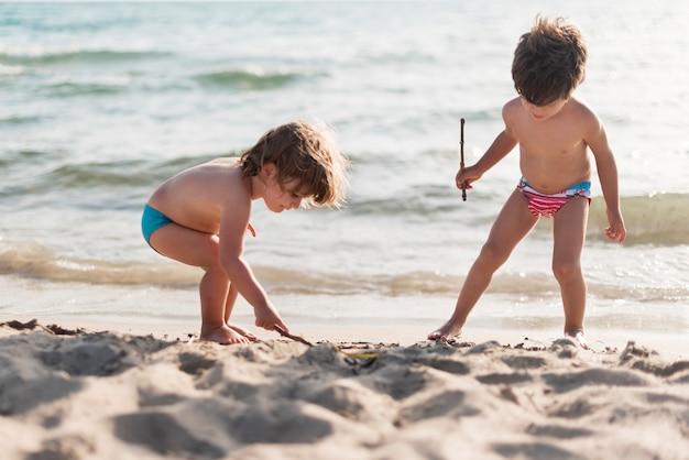 Plano general de niños jugando en la playa