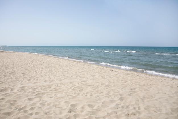 Plano general de la orilla del mar en la playa de verano