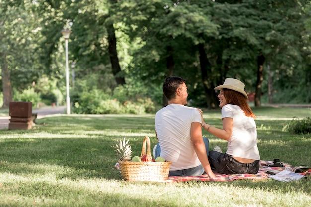Plano general de pareja divirtiéndose en la naturaleza