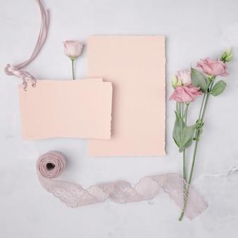 Plano hermoso arreglo con invitaciones de boda y flores.