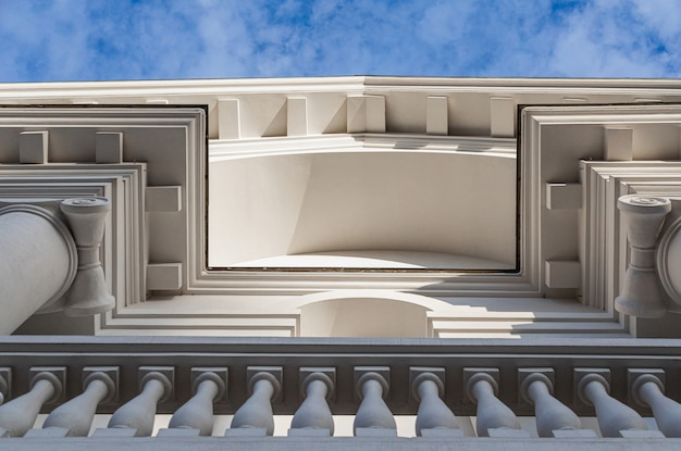 Plano inferior del edificio blanco con balcón
