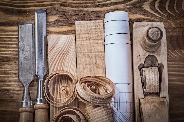 Plano de ingeniería de plano de afeitado cinceles ladrillos de madera virutas sobre tablero de madera