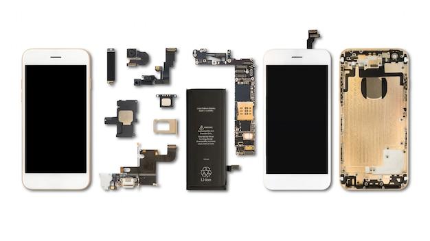 Plano lay (vista superior) de componentes de teléfonos inteligentes aislados sobre fondo blanco con trazado de recorte