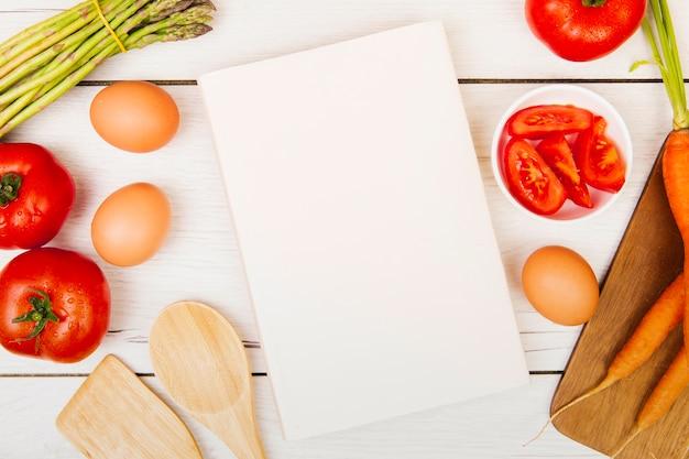 Plano de libro e ingredientes con espacio de copia