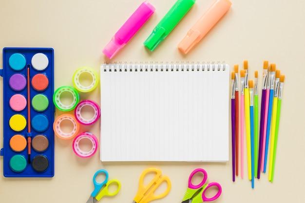 Plano de libro de texto y suministros de dibujo