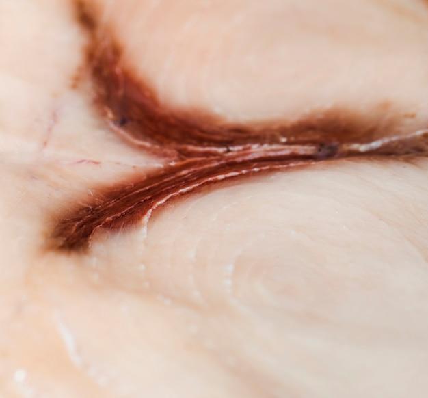 Plano macro de carne de pescado recién cortada