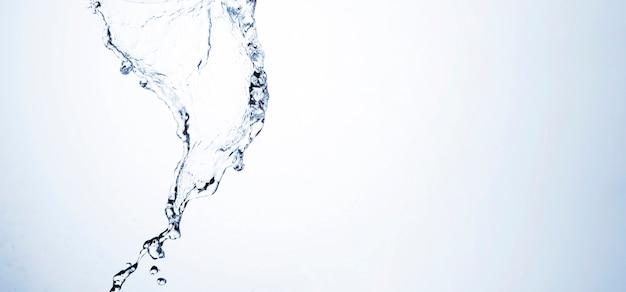 Plano macro de forma de agua clara con espacio de copia