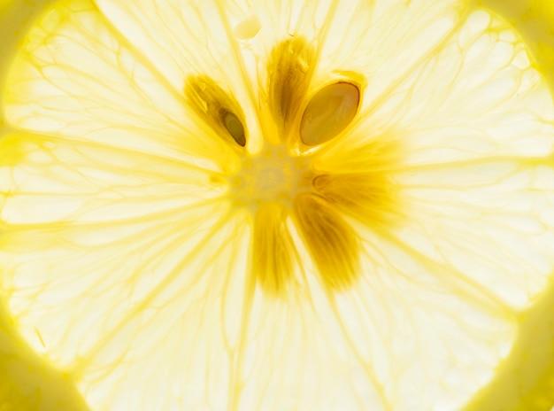 Plano macro de limón cortado