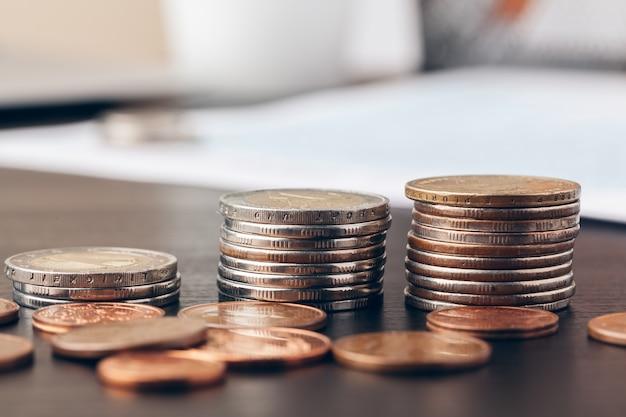 Plano macro de monedas irreconocibles apiladas de cerca