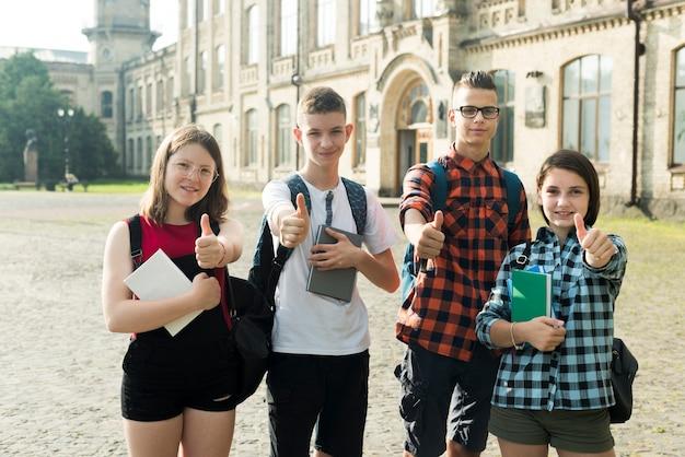 Plano medio de amigos adolescentes aprobando