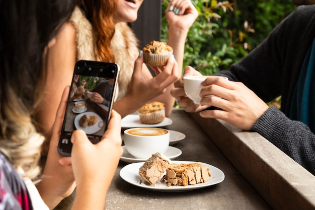 Plano medio de amigos en la cafetería.