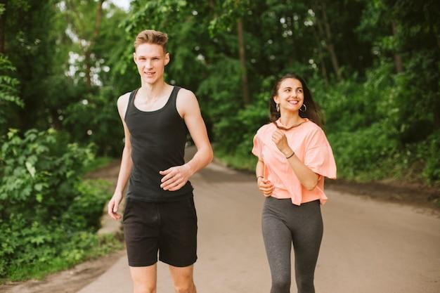 Plano medio amigos felices corriendo al aire libre