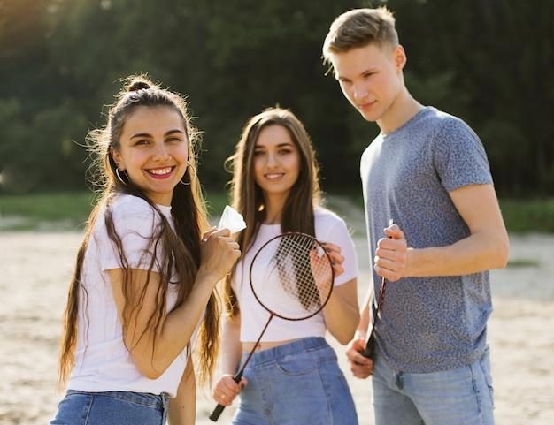 Plano medio amigos felices posando juntos