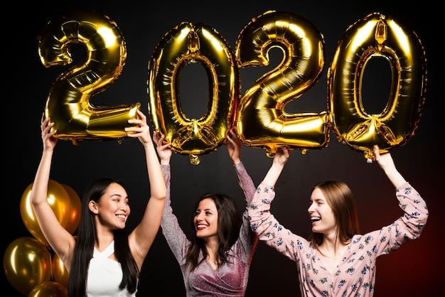 Plano medio de amigos en la fiesta de año nuevo