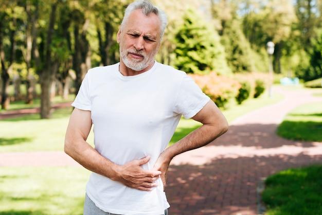 Plano medio anciano experimentando dolor