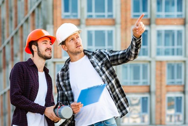 Plano medio del arquitecto e ingeniero que supervisa la construcción.