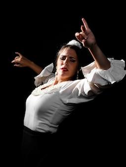 Plano medio bailando flamenca con las manos arriba