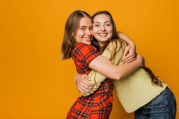 Plano medio chicas felices abrazando