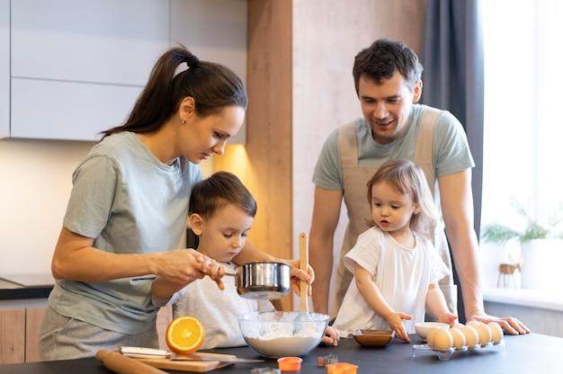 Plano medio cocina familiar feliz
