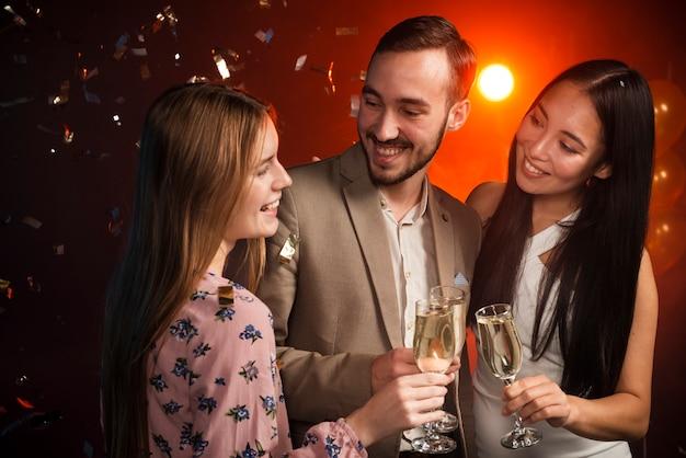 Plano medio de colegas brindando en una fiesta