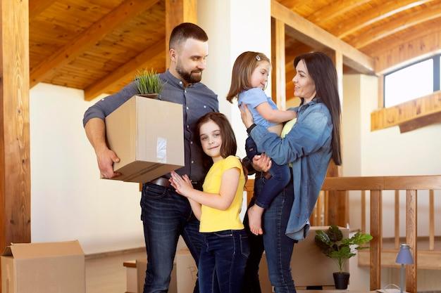 Plano medio de concepto de mudanza familiar