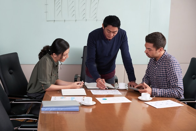 Plano medio del departamento financiero discutiendo la estrategia de desarrollo