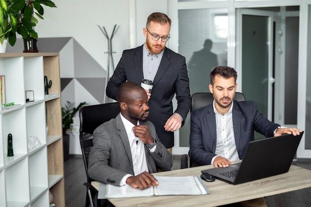 Plano medio de empleados discutiendo