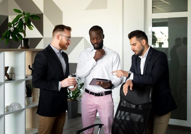Plano medio de empleados interraciales