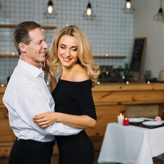 Plano medio de la encantadora pareja bailando