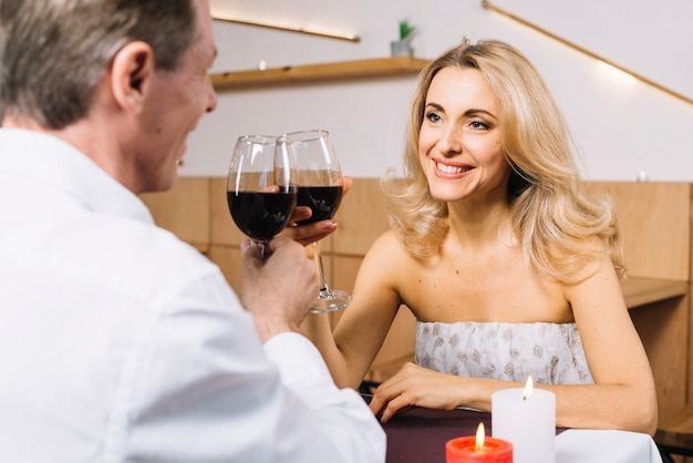 Plano medio de encantadora pareja