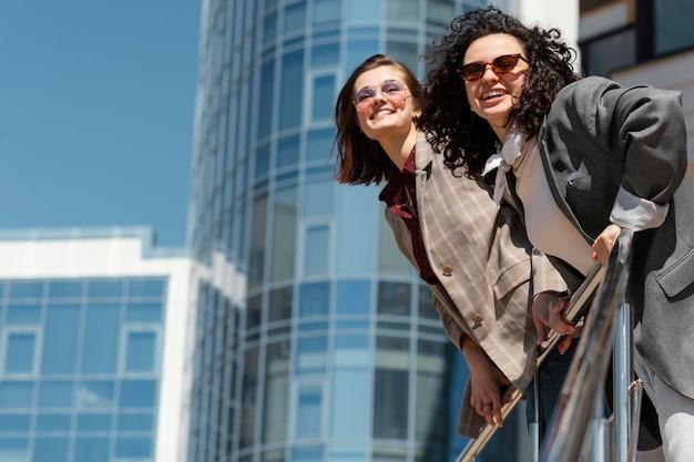 Plano medio de estilo de vida de ciudad de amigos sonrientes