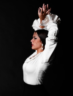 Plano medio flamenca mirando a otro lado