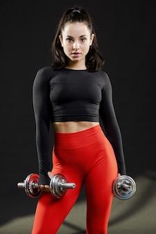 Plano medio de hermosa mujer con pesas