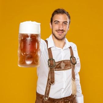 Plano medio del hombre con cerveza pinta