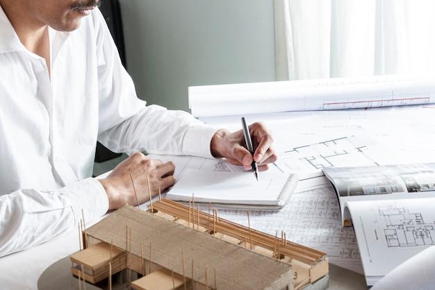 Plano medio del hombre escribiendo con la mano izquierda
