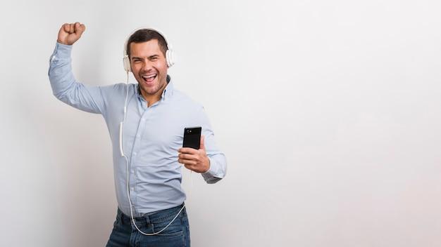 Plano medio del hombre escuchando música