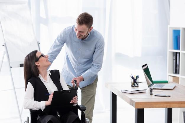 Plano medio hombre y mujer trabajando juntos