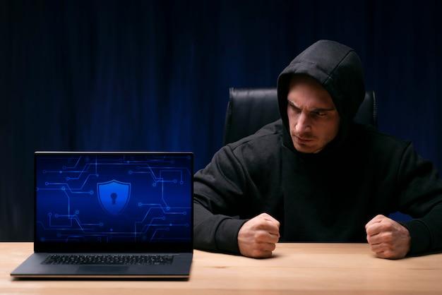Plano medio hombre sentado en el escritorio