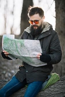 Plano medio hombre sosteniendo mapa