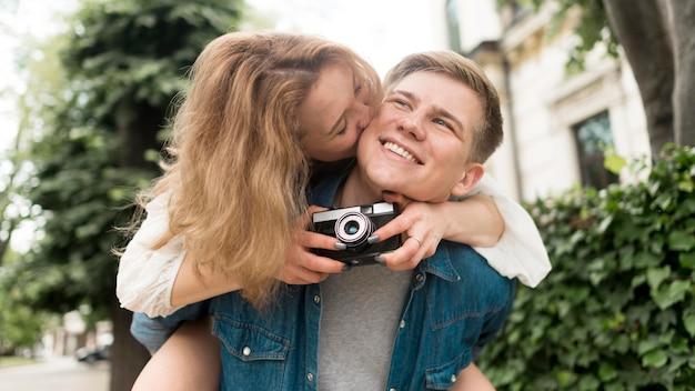Plano medio linda pareja con cámara de fotos