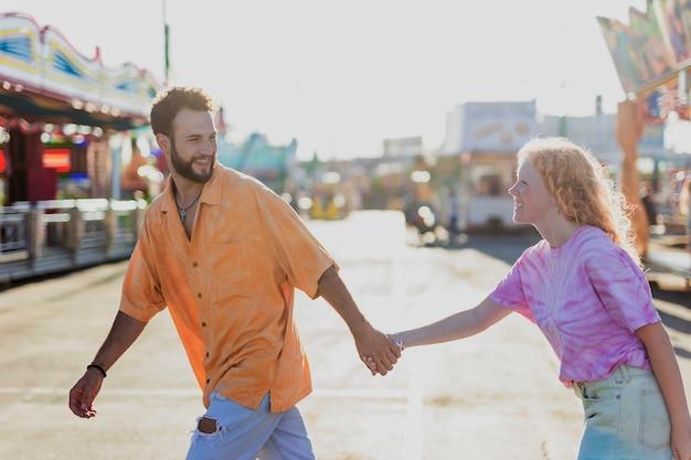 Plano medio linda pareja cogidos de la mano