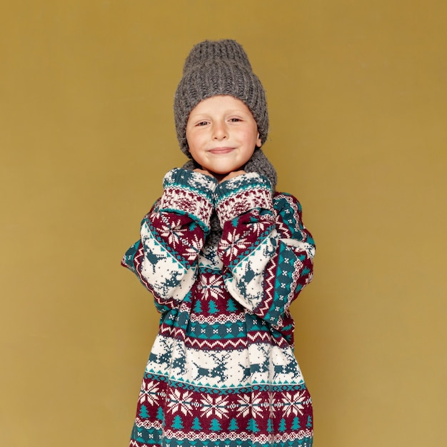 Plano medio lindo con ropa de abrigo posando