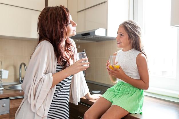 Plano medio de madre e hija juntas