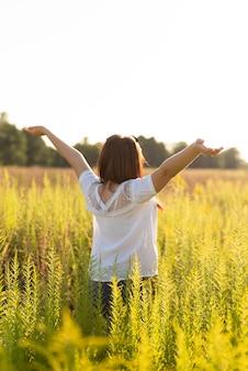 Plano medio de una mujer con los brazos en el aire